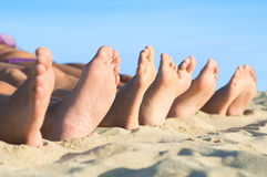 Les pieds détendent à la plage