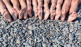 Les pieds d'enfants sur la plage Photos stock