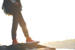 Les pieds d'espadrille rouge une fille en nature et détendent le temps Image stock