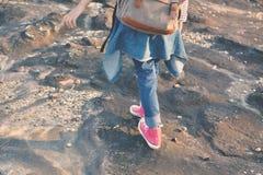 Les pieds d'espadrille rouge une fille en nature et détendent le temps Image libre de droits