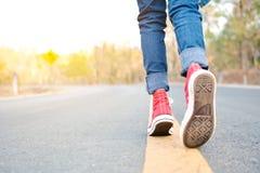 Les pieds d'espadrille rouge une fille en nature et détendent le temps Photo libre de droits