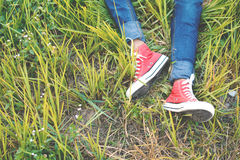 Les pieds d'espadrille rouge une fille en nature et détendent le temps Photos libres de droits