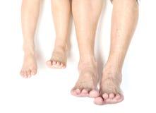 Les pieds d'un âge différent comme enfant et aîné Photo libre de droits