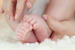 Les pieds d'un bébé photo libre de droits