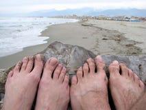 Les pieds d'un couple sur la plage Photographie stock