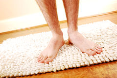 Les pieds d'un homme Image stock