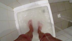 Les pieds d'un homme dans la douche banque de vidéos