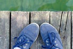 Les pieds dans des espadrilles se tenant sur la mer s'accouplent en été Photos stock