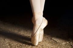 Les pieds danse avec des chaussures dans l'équilibre Photo libre de droits