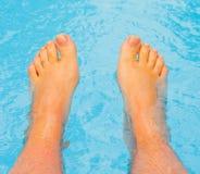 les pieds de caresse ont laissé mon eau chaude Photographie stock libre de droits