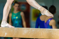 Les pieds de fille de gymnastes ont attaché le plan rapproché de faisceau Photos libres de droits