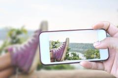 Les pieds de fille et espadrilles sur le fond de ciel bleu dans les vacances, détendent t Photos libres de droits
