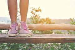 Les pieds de fille et espadrilles sur le fond de ciel bleu dans les vacances, détendent t Photographie stock libre de droits