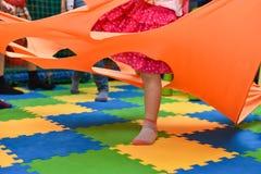 Les pieds de filles sautent en vacances photographie stock