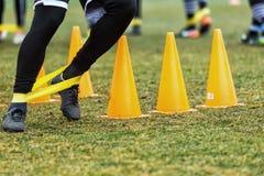 Les pieds de joueurs de PAOK et de matériel de formation du football Image libre de droits