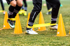 Les pieds de joueurs de PAOK et de matériel de formation du football Photo libre de droits