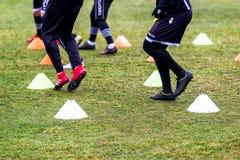 Les pieds de joueurs de PAOK et de matériel de formation du football Photos stock