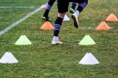 Les pieds de joueurs de PAOK et de matériel de formation du football Photographie stock