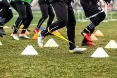 Les pieds de joueurs de PAOK et de matériel de formation du football Images libres de droits