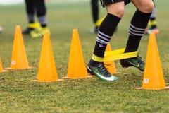 Les pieds de joueurs de PAOK et de matériel de formation du football Photographie stock libre de droits