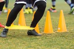 Les pieds de joueurs de PAOK et de matériel de formation du football Photos libres de droits