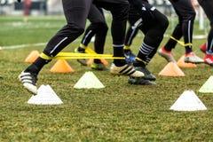 Les pieds de joueurs de PAOK et de matériel de formation du football Photo stock