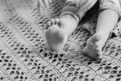 Les pieds de l'enfant images stock