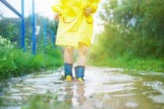 Les pieds de l'enfant dans une botte en caoutchouc image stock