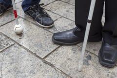 Les pieds de l'homme avec le bâton Photos libres de droits