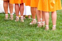 Les pieds de la demoiselle d'honneur photos stock