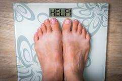 Les pieds de la femme sur une échelle avec le mot AIDENT ! Photos libres de droits