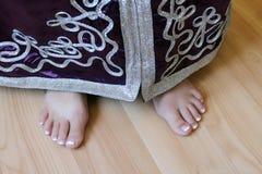 Les pieds de la fille dans le costume marocain Image libre de droits