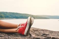 Les pieds de la jeune fille dorment en parc sur la nature Image libre de droits