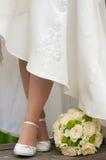 Les pieds de la jeune mariée Image libre de droits