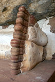 Les pieds de la statue longue de sommeil Bouddha de 48 pieds au temple de Pidurangala chez Sigiriya dans Sri Lanka Photographie stock libre de droits