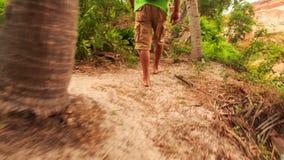 Les pieds de touristes vont le long du chemin sur la colline en parc de Fée-courant banque de vidéos