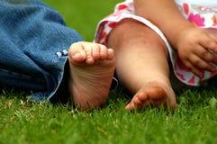 Les pieds des enfants photo libre de droits