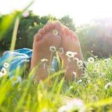 Les pieds des enfants dans l'herbe Images libres de droits