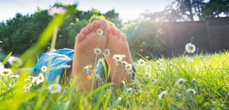 Les pieds des enfants dans l'herbe Photographie stock