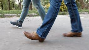 Les pieds des femmes sur le trottoir dans les chaussures et des espadrilles Photographie stock