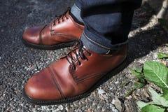Les pieds des hommes dans de rétros chaussures Photo libre de droits