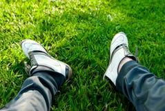 Les pieds des hommes dans des espadrilles Photos libres de droits