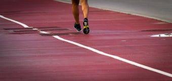Les pieds du coureur à la voie photo libre de droits