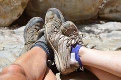 Les pieds du randonneur dans des chaussures Photos stock