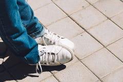 Les pieds du ` s de femmes dans des espadrilles se tiennent sur le trottoir Photos libres de droits
