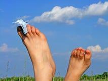 Les pieds et le ciel bleu du femme Photo stock