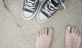 Les pieds et les espadrilles de la fille Photographie stock libre de droits