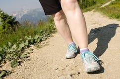 Les pieds femelles augmentent dans les montagnes Photos stock