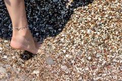 Les pieds femelles font un pas photos libres de droits
