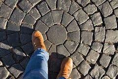 Les pieds femelles humains dans des chaussures se tiennent sur le trottoir Images libres de droits